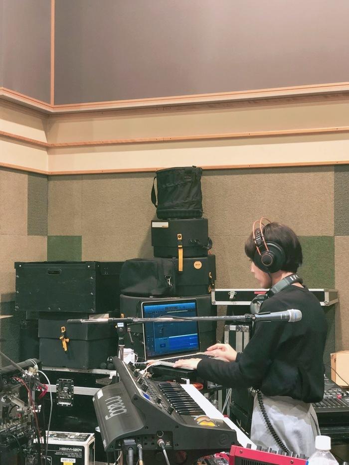 先日の岡崎さん、ダブルヘッドホンシステム! あっちこっちから出る音を聞くのに効率が良いんだと思います。多分。