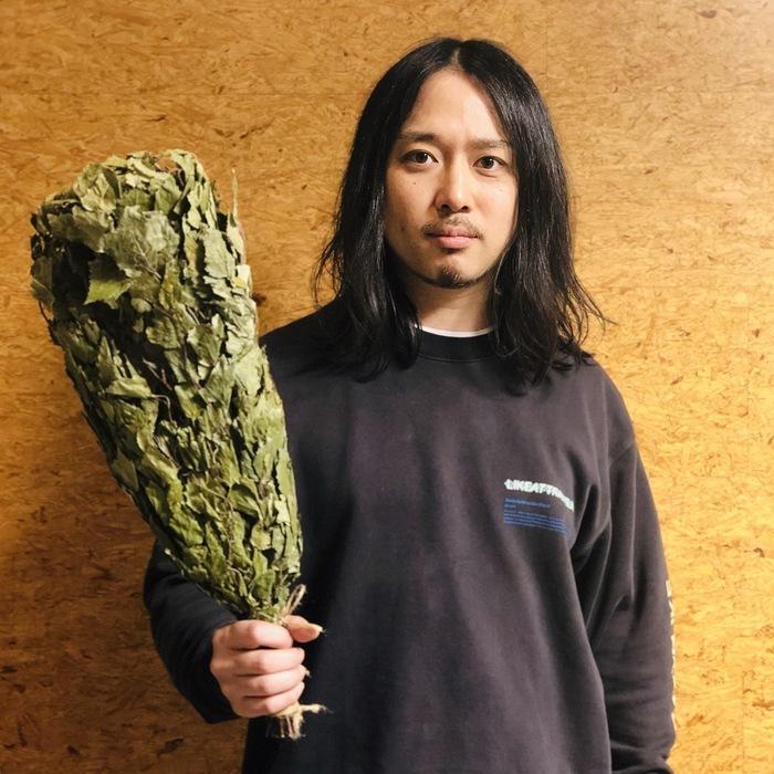 本日をもってサウナの歳を卒業した岩寺先生(フタリサウナ見てね!) ヴィヒタを掲げて、今年も豊かなサウナライフを誓います。