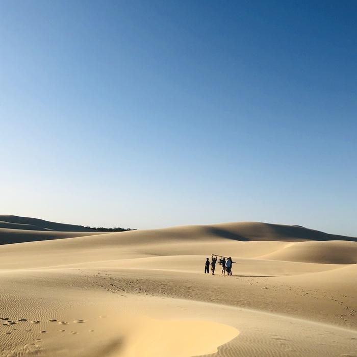 先月のオーストラリアの撮影は、カロリーメイトのCMでした。週末からオンエアが始まります。 色々とオフショットがあるので、SNSやここでお見せしていきますね。  過酷ではありましたが、いくつ丘を超えても広がる真っさらな砂漠に一郎さんは感動している様子でした。